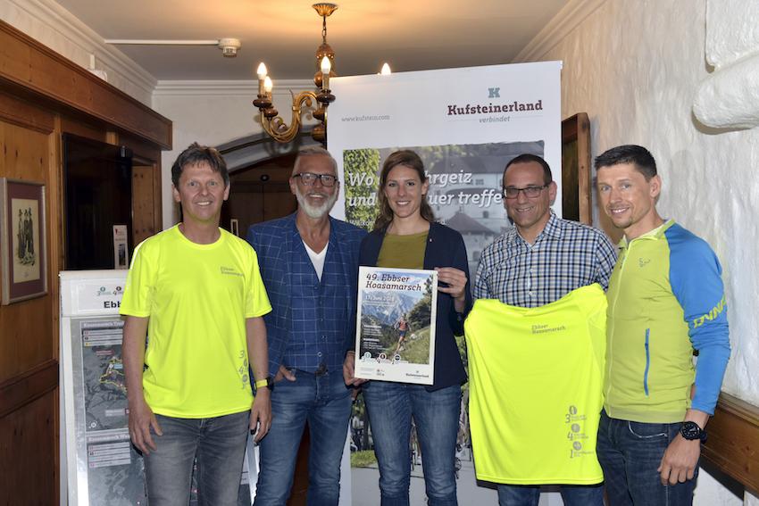Auf dem Bild v.l.n.r.: Jürgen Sevignani (WSV Ebbs), Georg Hörhager (Vorstandsmitglied TVB Kufsteinerland), Vanessa Stitz (TVB Kufsteinerland), Andreas Moser (WSV Ebbs) und Michael Geisler (ehemaliger Koasamarsch-Sieger).